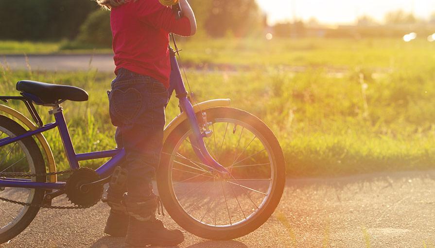 Hur lär man ett barn att använda en barncykel?